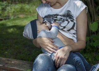dziecko karmione piersią w parku
