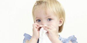 dziecko, katar, chusteczka, czyszczenie nosa, zdrowie dziecka
