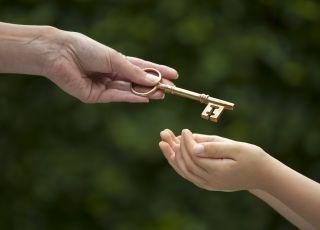 Dziecko, klucz, darowizna, spadek, prezent