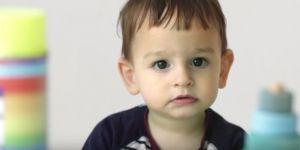 Dziecko, które zastanawia się czy wybrać do zabawy płyn do mycia okien czy pluszaka. Groźne zabawki.