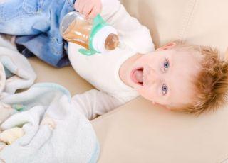 dziecko, kubek niekapek, uśmiech, niemowlę