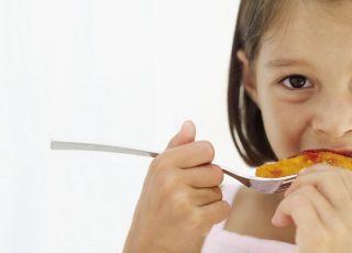 dziecko, kuchnia dla malca, dziewczynka, widelec, mięso