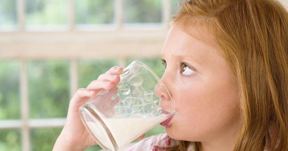 dziecko, kuchnia dla malca, mleko, szklanka