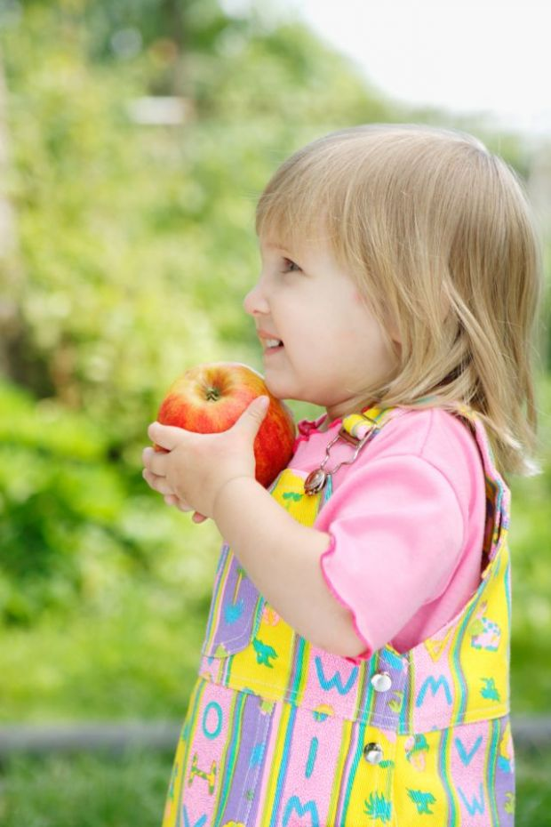 dziecko, kuchnia, jabłko, wiosna, spacer