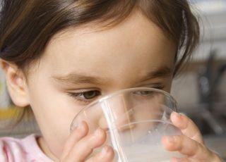 dziecko, kuchnia, mleko, szklanka, dziewczynka