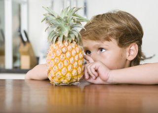 dziecko, kuchnia, owoce egzotyczne, ananas