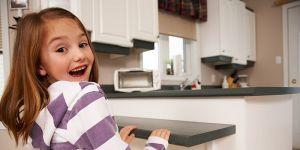 dziecko, kuchnia, sam w domu