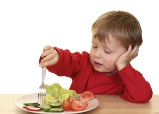 dziecko, kuchnia, warzywa, talerz, widelec