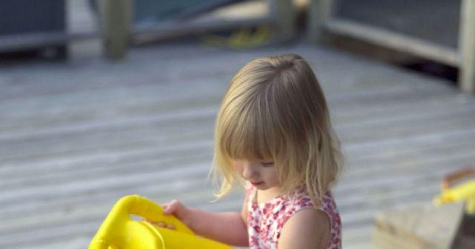 dziecko, kwiatek, ogród, podlewać