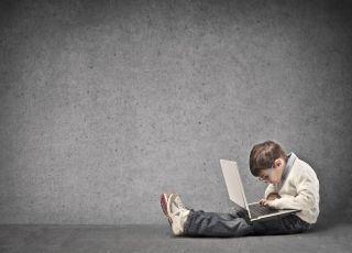 dziecko, laptop, komputer, przedszkolak, uzależnienie od komputera