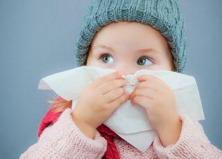 dziecko-ma-grype-wyciera-nos