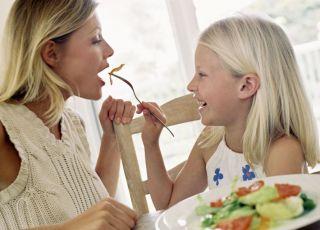 dziecko, mama, kuchnia, warzywa, sałatka