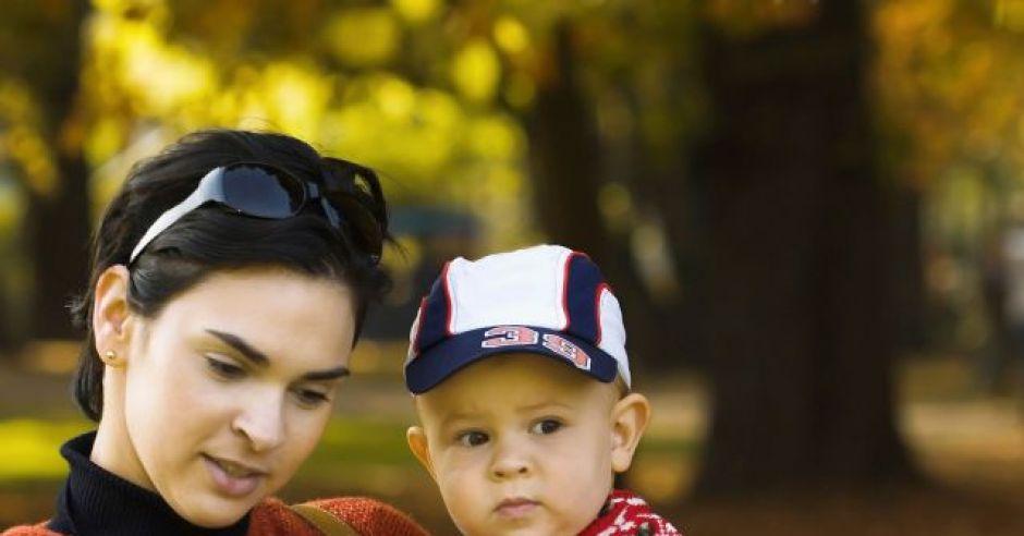 dziecko, mama, niemowlę, jesień, spacer