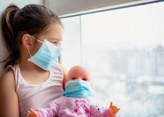 dziecko, maska ochronna, koronawirus, choroba Kawasaki