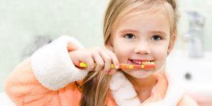 Dziecko myje zęby