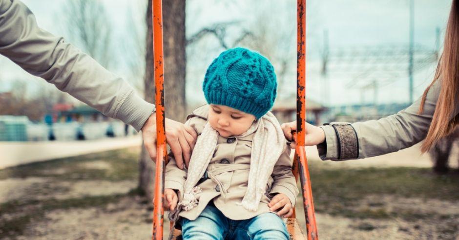 Dziecko na huśtawce, rozwód, władza rodzicielska