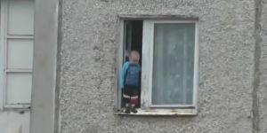 dziecko na parapecie, niebezpieczeństwo, zagrożenia w domu
