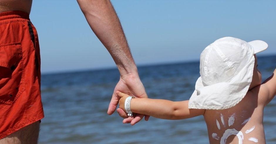 Dziecko na plaży nad morzem