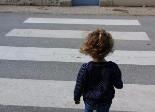 Dziecko na przejściu dla pieszych