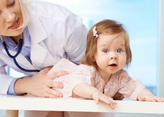 dziecko, niemowlę, dziewczynka, lekarz, badanie niemowlaka
