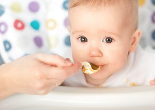 6 miesięczne dziecko je z łyżeczki