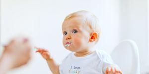 dziecko, niemowlę, karmienie, zakrztuszenie, karmienie łyżeczką