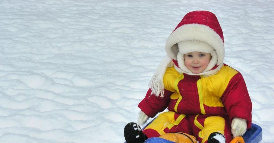 dziecko, niemowlę, zima, sanki