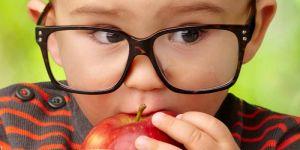 dziecko, okulary, jabłko, jedzenie