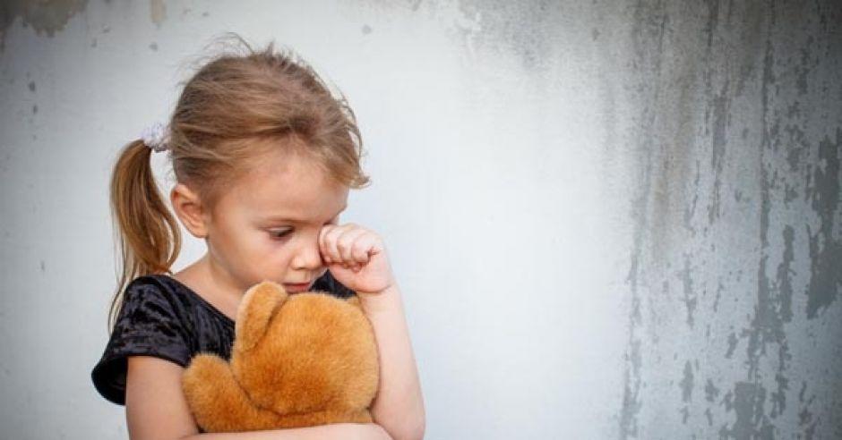 dziecko, płacz, smutek, przytulanka