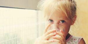 dziecko pije mleko