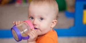 dziecko pije sok