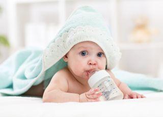 dziecko pije wodę
