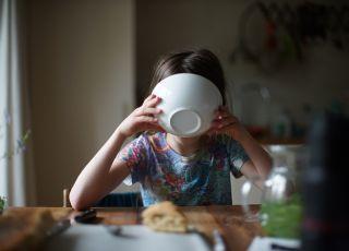 dziecko pije zupę z miski