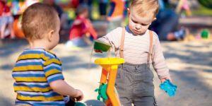 18 miesięczne dziecko na placu zabaw