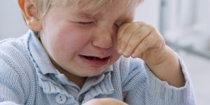 Dziecko płacze podczas biopsji szpiku