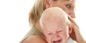 dziecko płacze w ramionach mamy