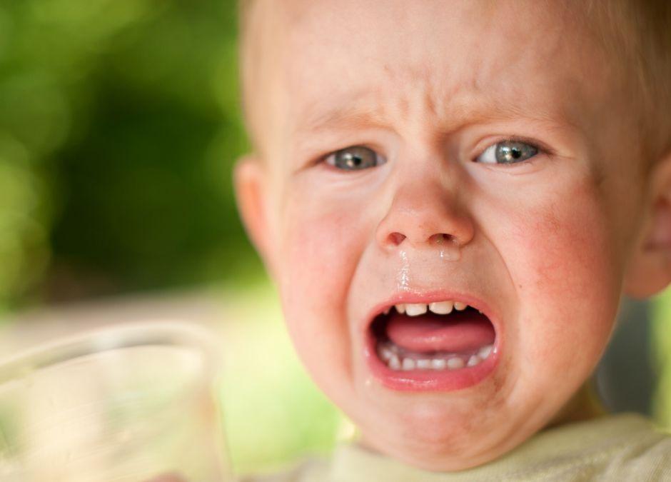 Dziecko płakało na ulicy, jego rodzice byli kompletnie pijani. Interweniowała policja