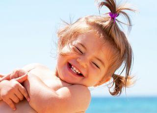 dziecko, plaża, radość, emocje, dziewczynka, uśmiech