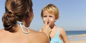 dziecko, plaża, wakacje, krem do opalania