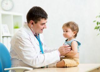 Dziecko podczas badania; wizyta u lekarza