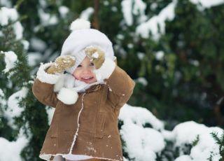 Dziecko podczas zabawy na śniegu