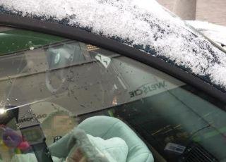 dziecko pozostawione w samochodzie na mrozie