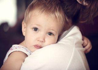 Dziecko przytula się do mamy