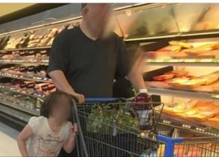 dziecko przywiązane do wózka za włosy