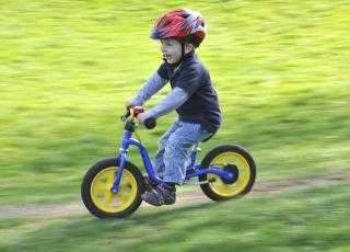 31-miesięczne dziecko na rowerze