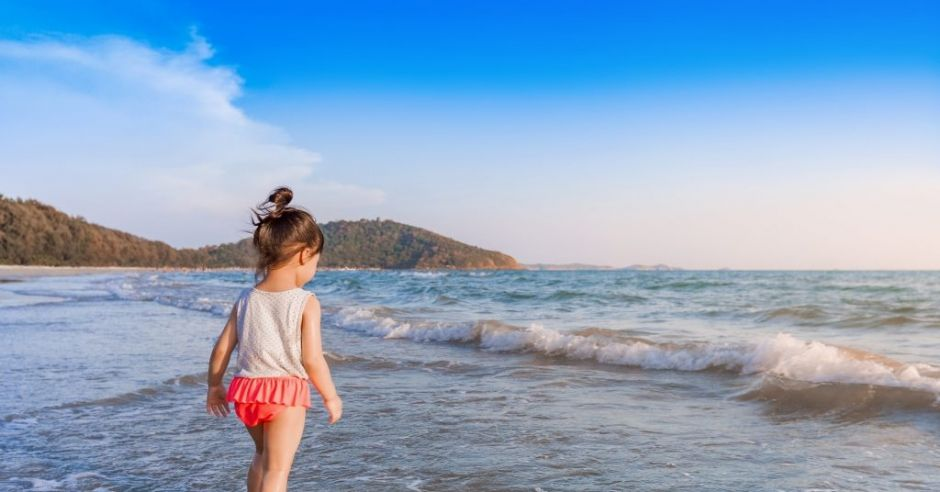 Dziecko samo na plaży