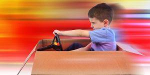 dziecko, samochód z kartonu, wyobraźnia, fantazja