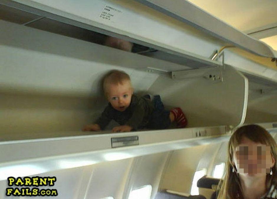 dziecko, samolot, źli rodzice