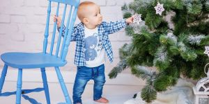 Dziecko ściąga bombkę z choinki