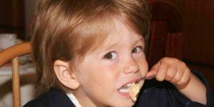 dziecko, śniadanie, płatki kukurydziane, miseczka, kuchnia
